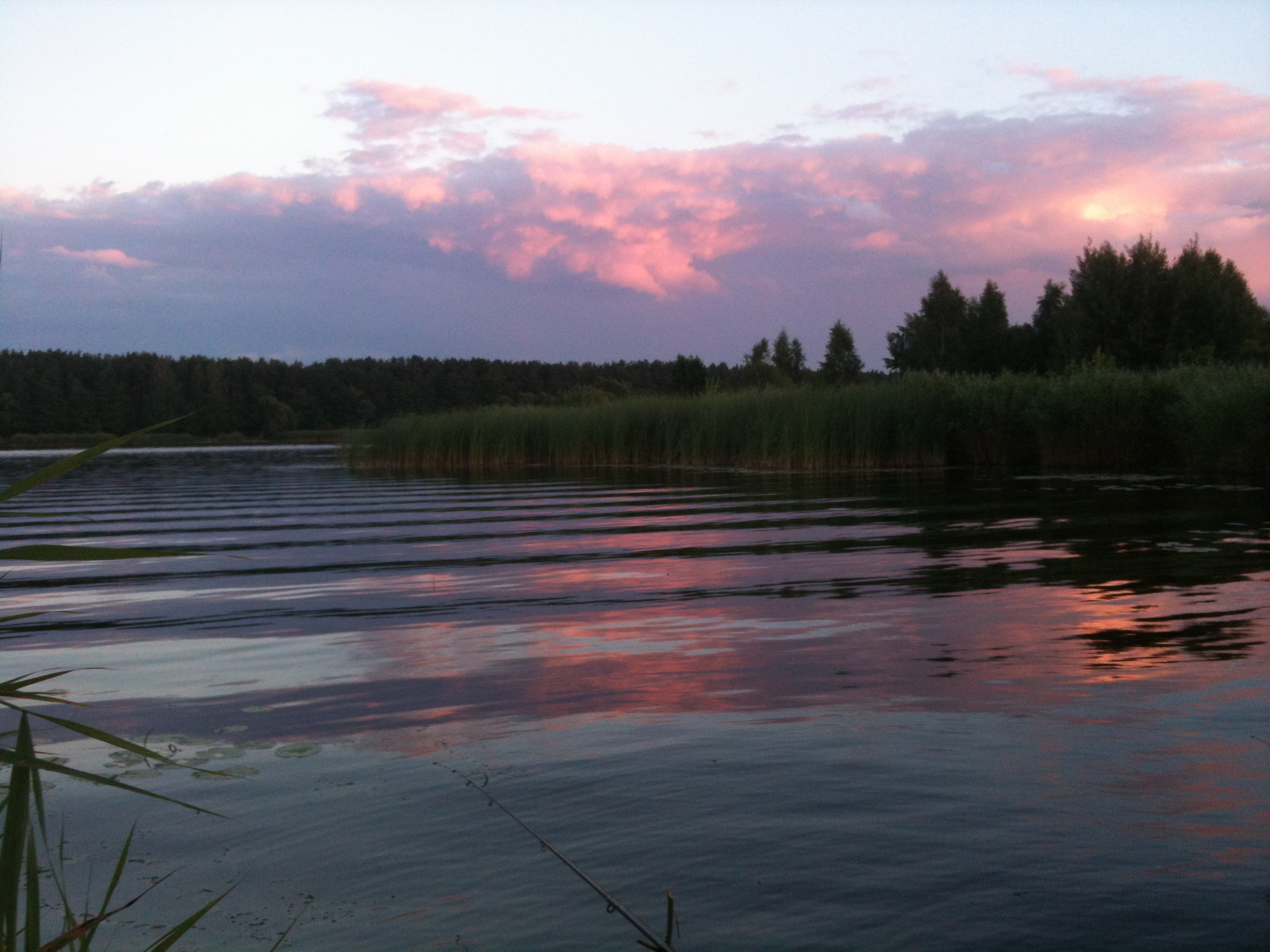 Багровый закат на рыбалке Июльский пейзаж