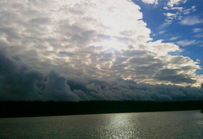Перистые облака -приближется майский дождь