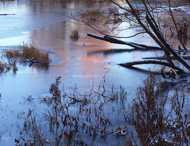 Первый лед на реке - алые блики