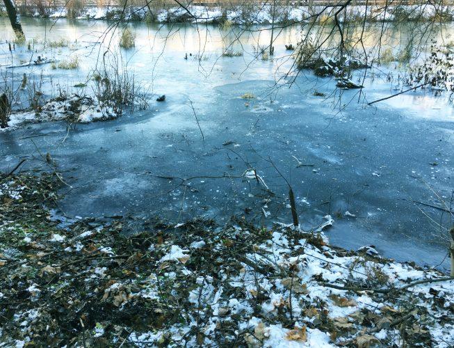 Первый лед на реке - темно-голубой оттенок
