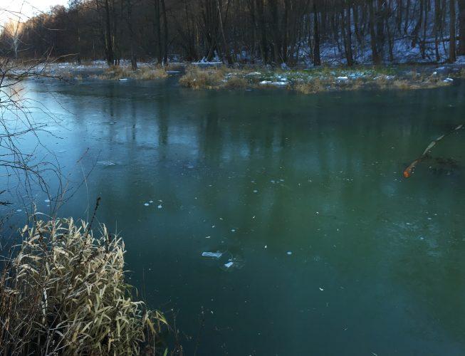 Первый лед на реке - изумрудный  оттенок