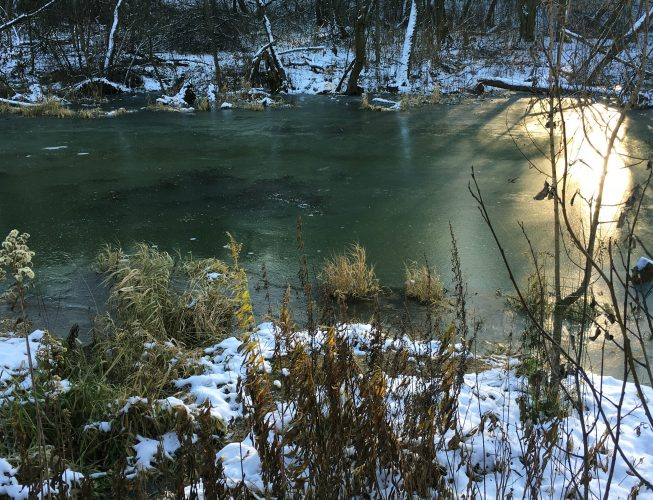 Первый лед на реке - малахитовый оттенок