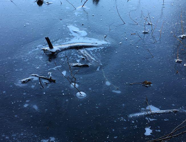 Первый лед на реке  - синий оттенок