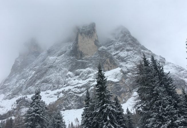 Снегопад и туман на вершине Сассолунго