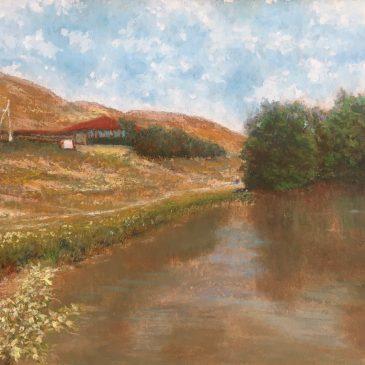 Дом с красной крышей на берегу пруда